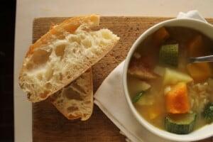Soupe d'automne aux légumes et aux riz, végétalienne