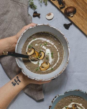 crème de champignons vegan dans un bol, vue de haut