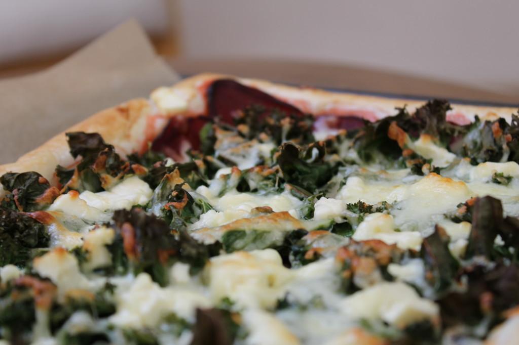 Pizza betterave, kale & feta de chèvre