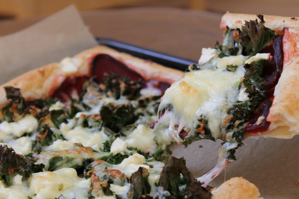 Pizza kale, betterave et feta de chèvre
