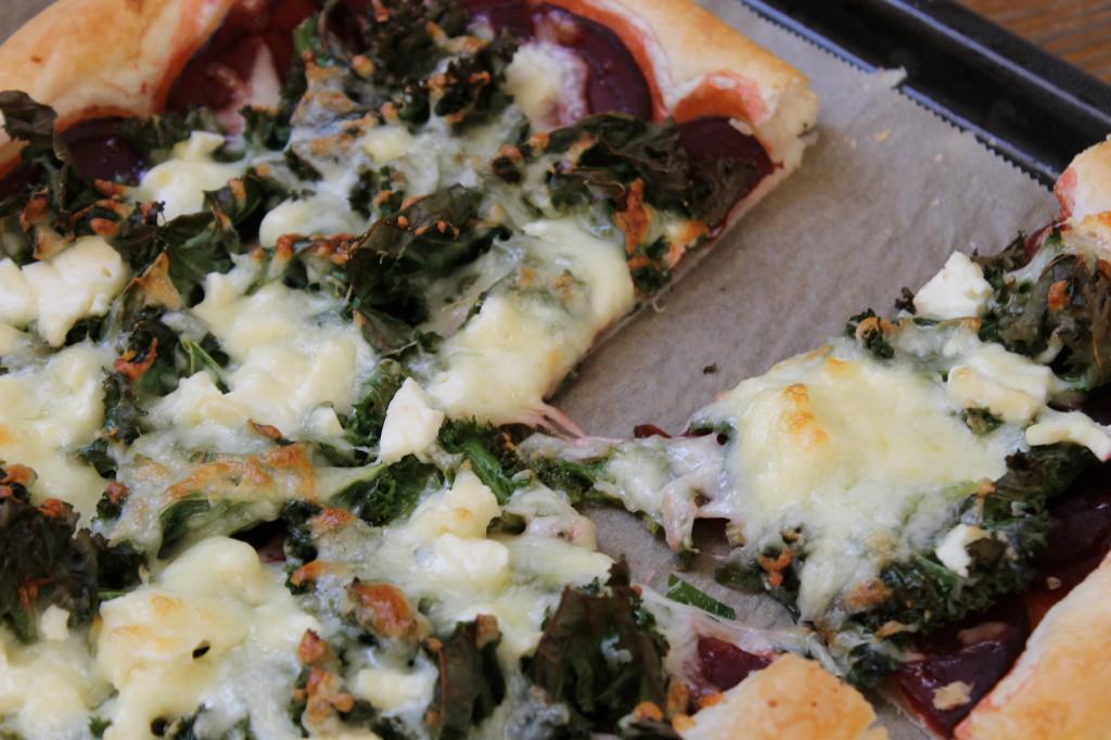 pizza pâte feuilletée, betterave, kale & feta