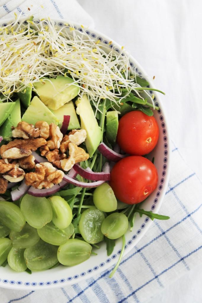 Salade roquette, raisins verts et noix de pacanes