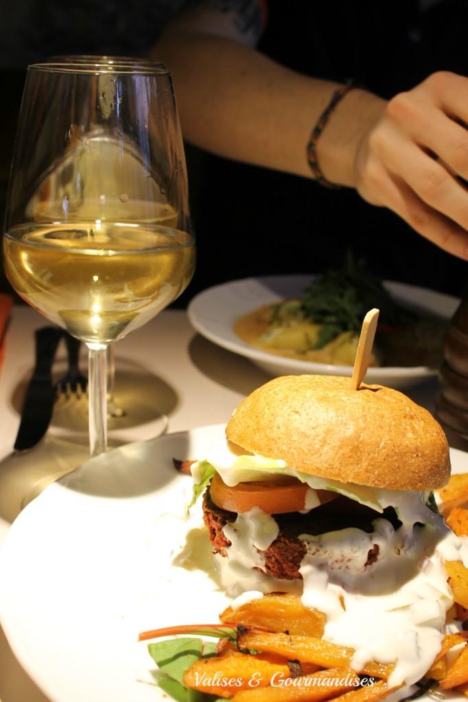 Burger betterave et pois chiche chez Vegan Restoran, Tallinn