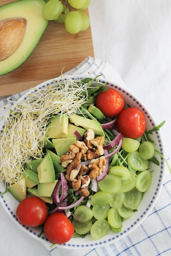 Salade de roquette aux raisins, à l'avocat et aux pacanes