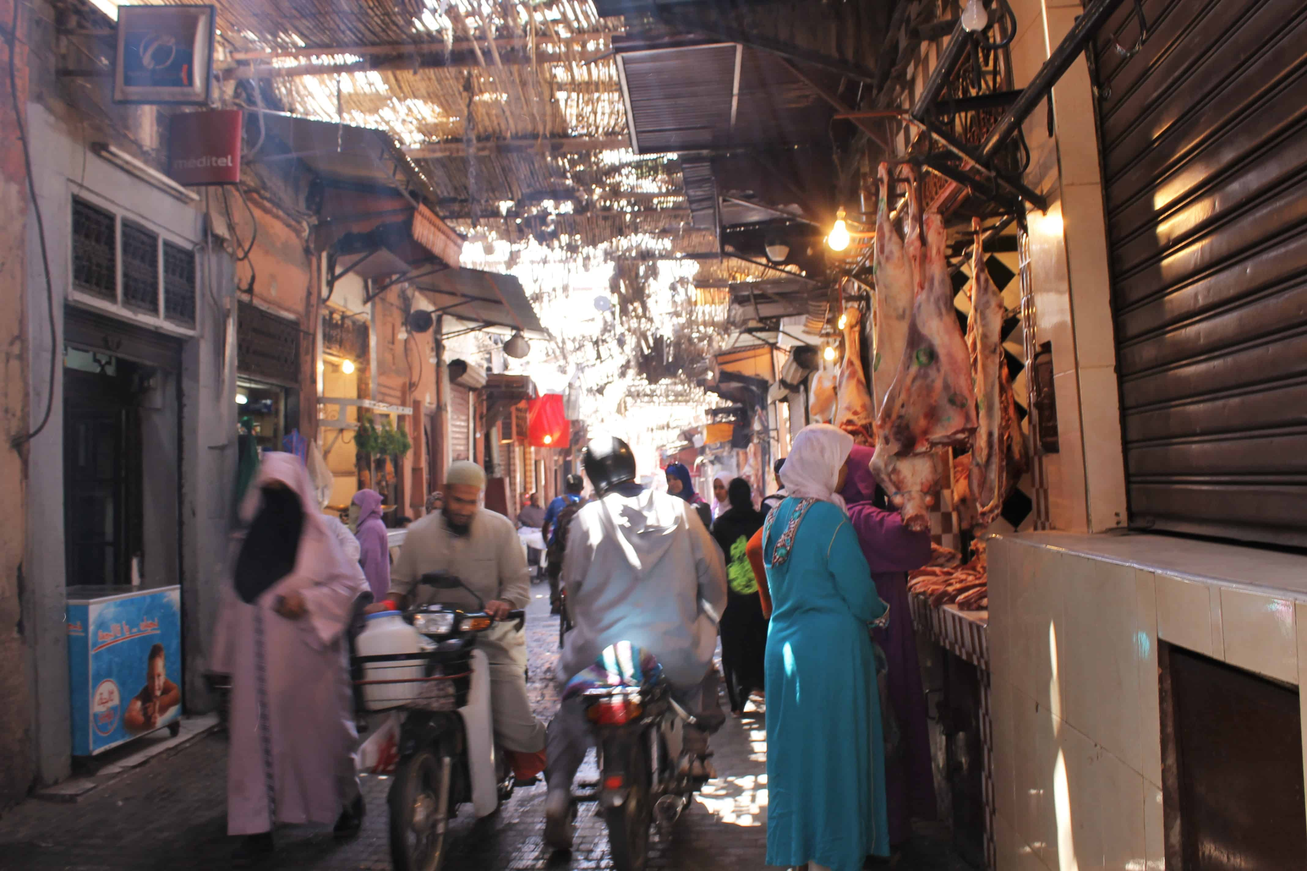 C'est un peu flou, mais on peut y voir une journée typique dans une rue de Marrakech