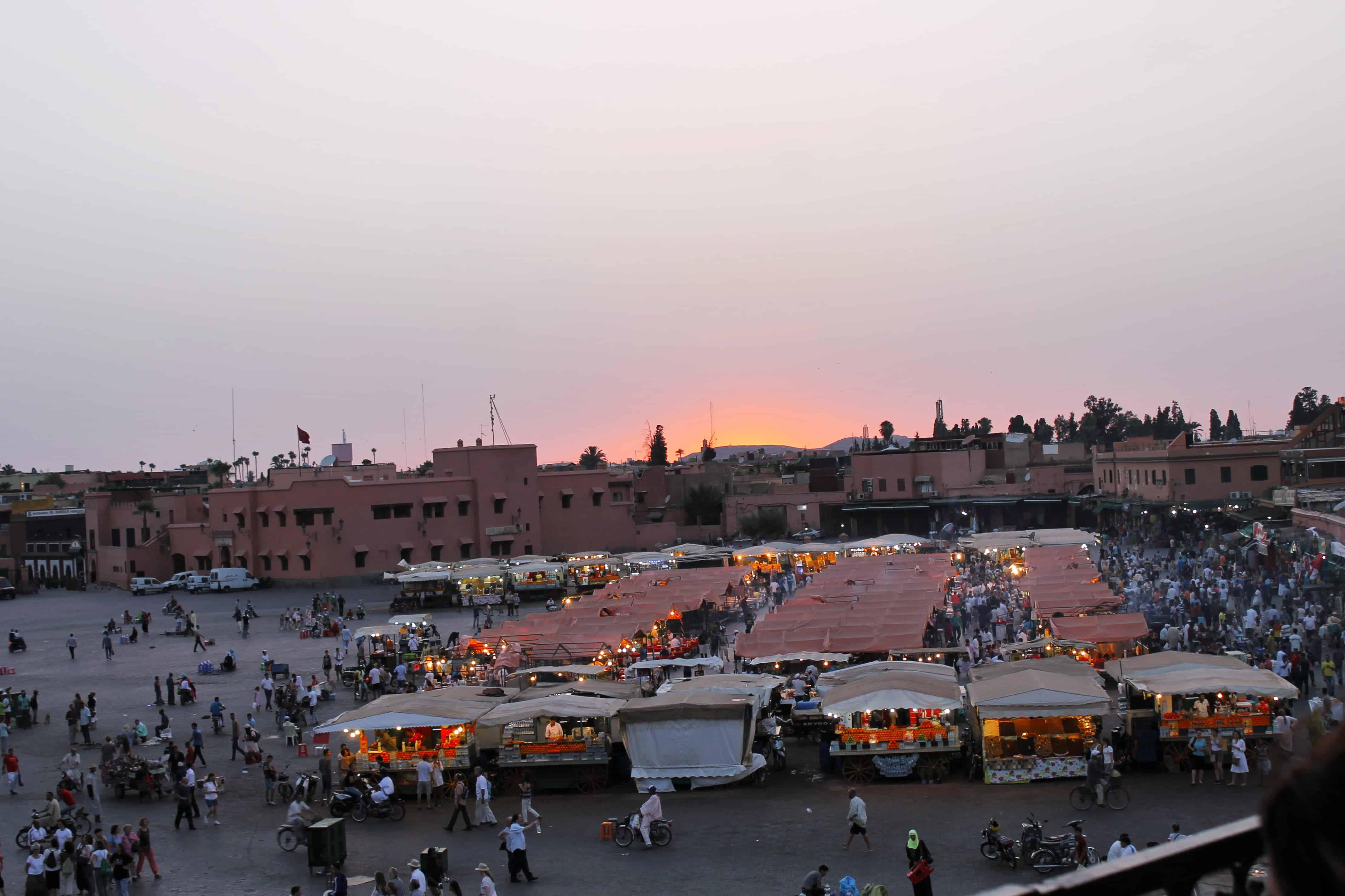 Place Jamaa El Fna à Marrakech - beaucoup plus calme qu'à l'habitude