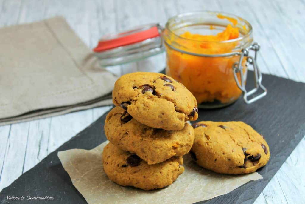 chewy vegan pumpkin chocolate chip cookies