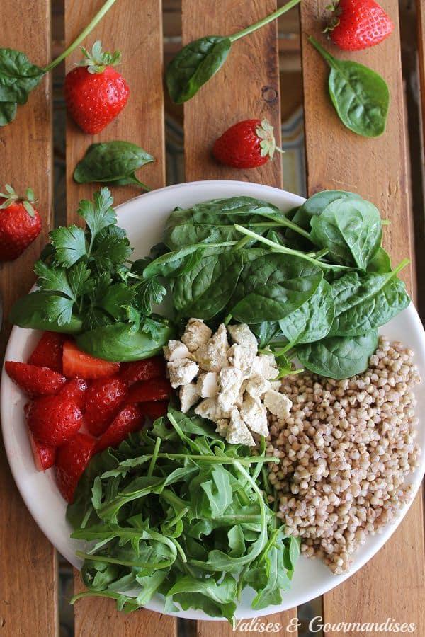 Salade au sarrasin rôti et aux fraises avec féta de tofu, végane