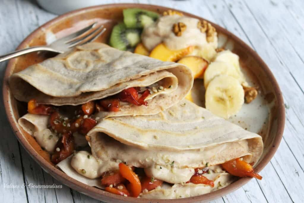 Crêpes véganes fourrées aux pêches caramélisées et à la crème glacée pêche & lucuma
