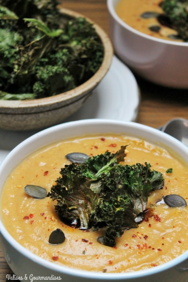 Vegan cauliflower and sweet potato soup with kale chips - Valises & Gourmandises
