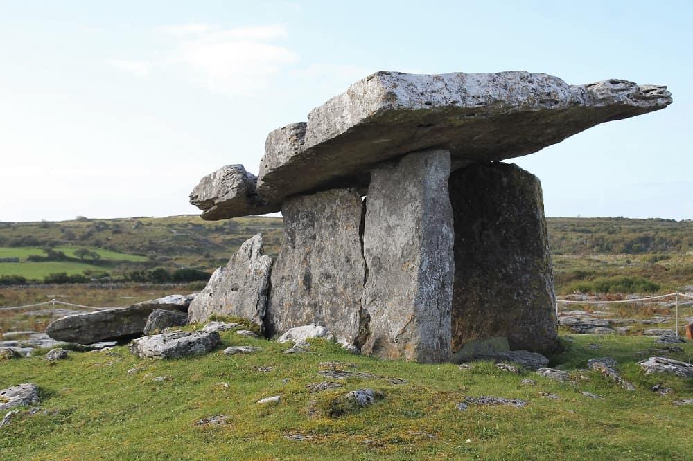 Poulnabrone Dolmen près de Galway, Irlande