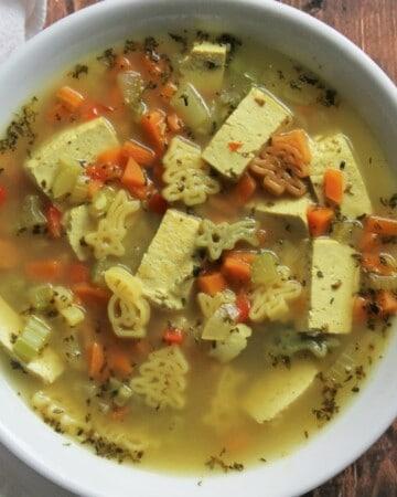 Soupe poulet et nouilles végétalienne - Valises & Gourmandises