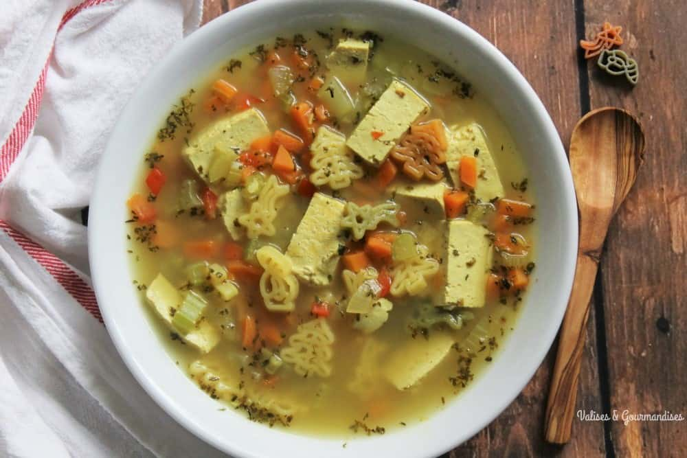 Easy vegan chicken noodle soup - Valises & Gourmandises