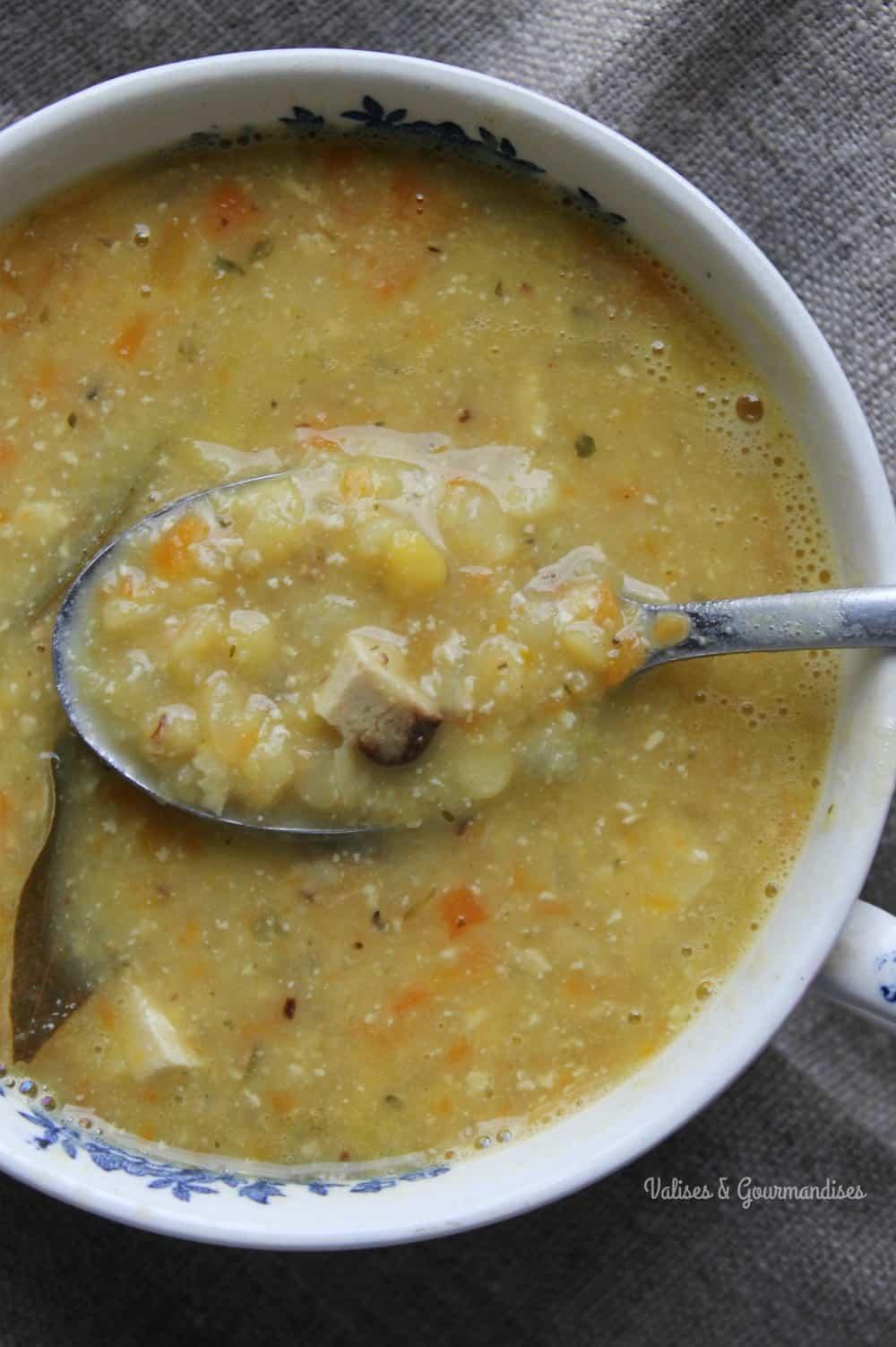 Soupe aux pois végétalienne rappelle la version traditionnelle avec ses lardons de tofu fumé. - Valises & Gourmandises