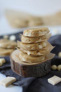 Biscuits véganes au chocolat blanc et aux noix de macadam, sans cuisson