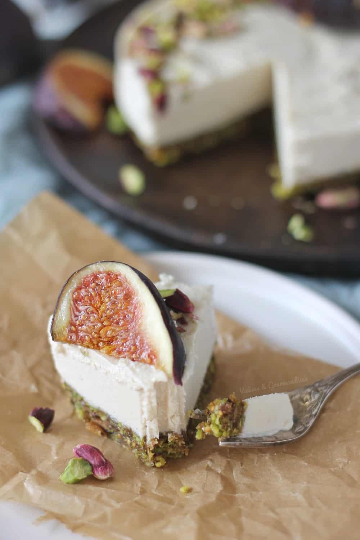 cheesecake vegan fermenté avec croûte pistache-figue - Valises & Gourmandises