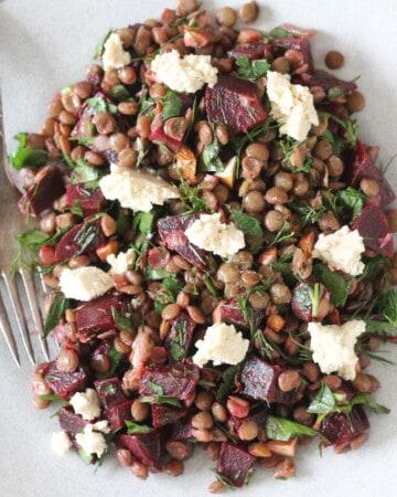 salade de lentilles aux betterave, aux fines herbes et au tofu de feta