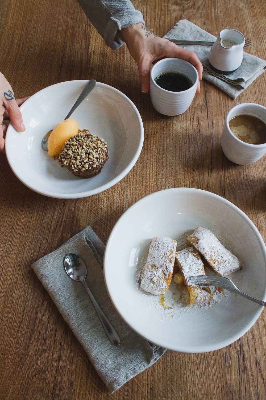 Frea Berlin, premier restaurant végane et zéro déchet au monde! Gâteau aux carottes et chausson aux pommes.