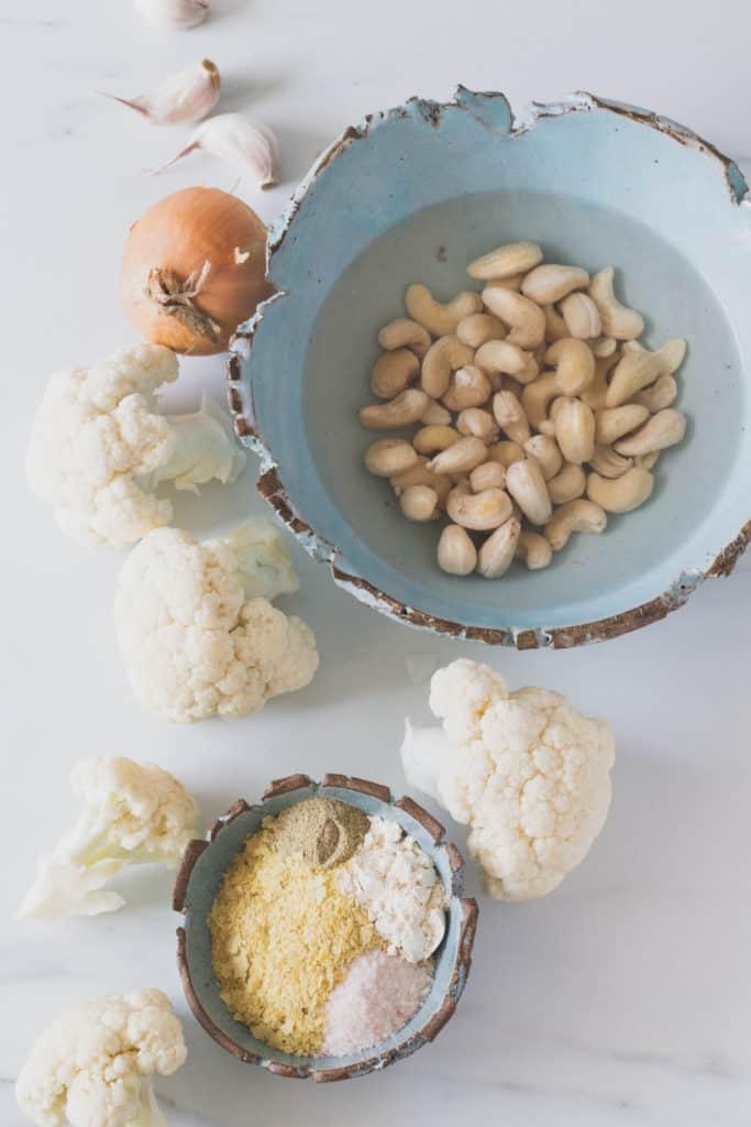 plan de haut des ingrédients pour la sauce alfredo végane
