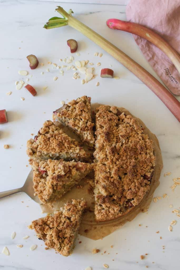 gâteau végane à la rhubarbe avec crumble vu de haut