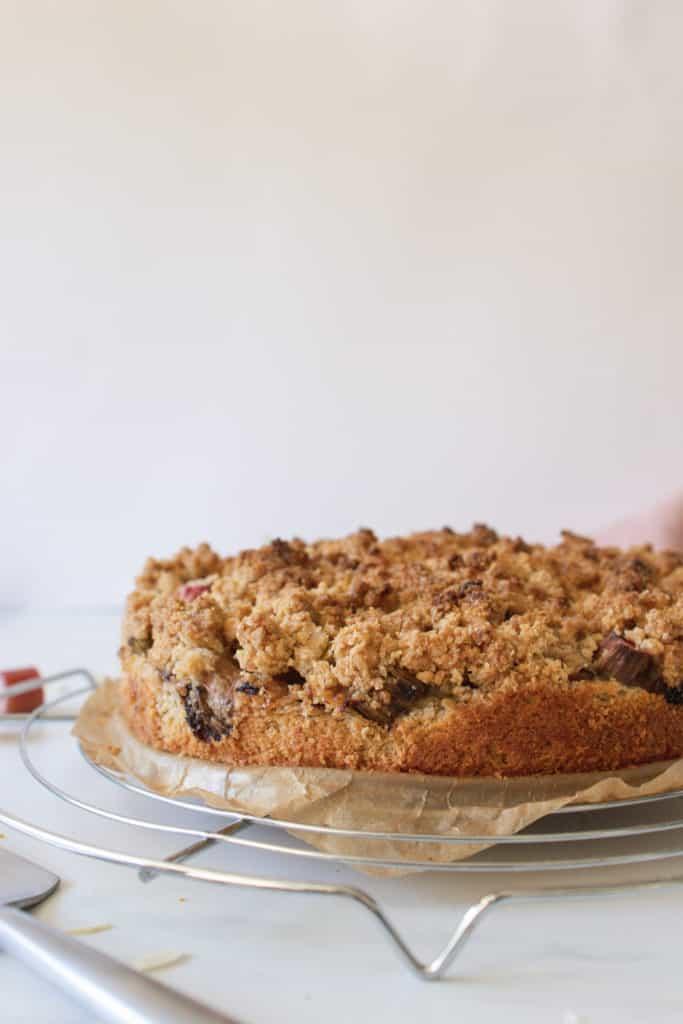gâteau végane à la rhubarbe avec crumble