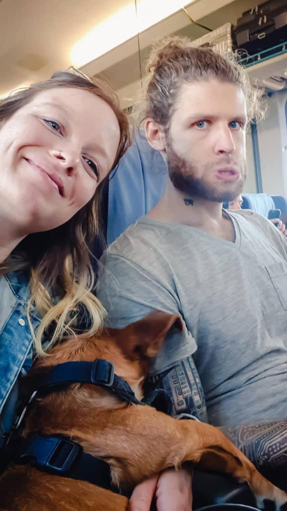 Croquette dort sur Martin et moi dans le train