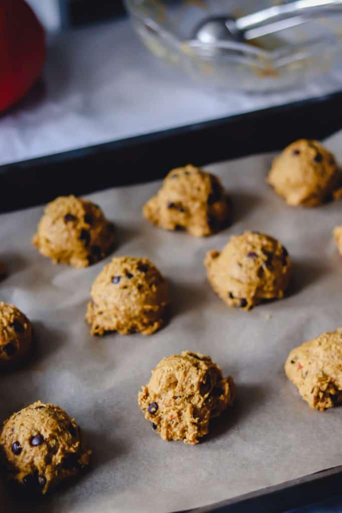 boules de biscuits non cuits sur plaque de cuisson
