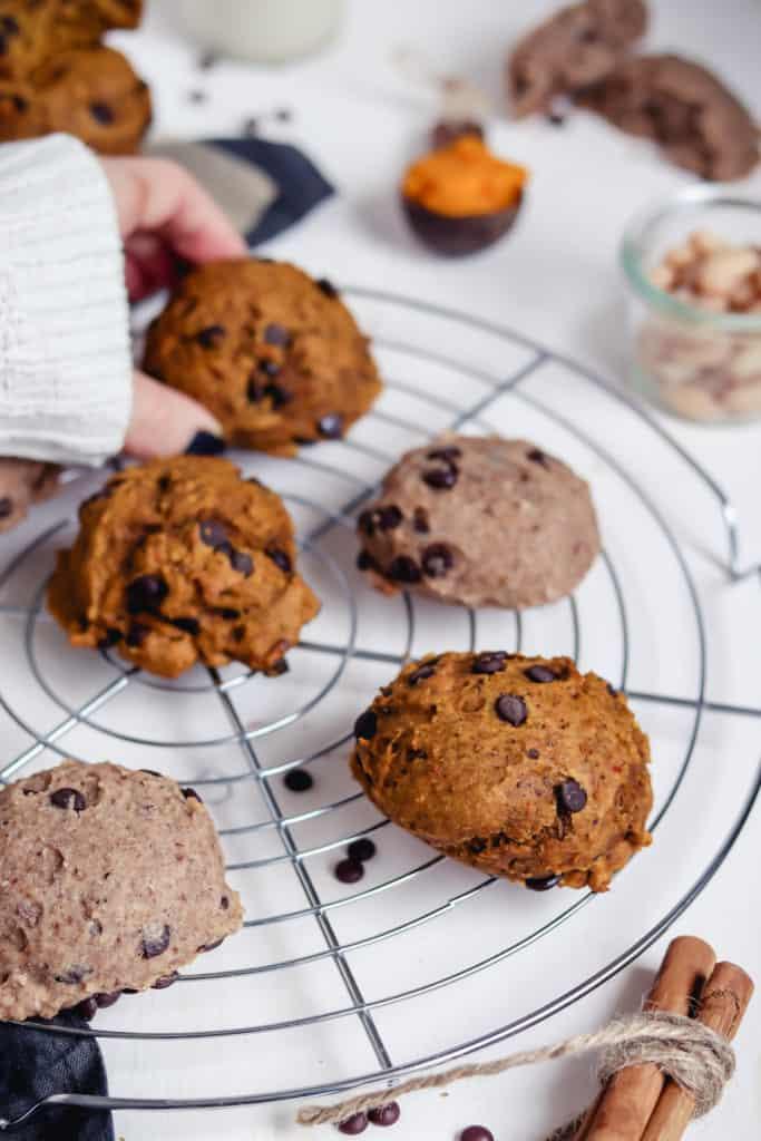 biscuits à la citrouille et biscuits aux haricots blancs sur grille à gâteau